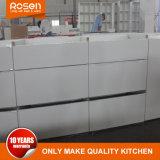 Белого цвета деревянной мебелью из шпона кухни шкаф