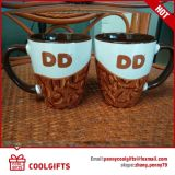 Caneca cerâmica gravada faiança do café para o presente
