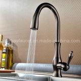 La singola maniglia calda estrae il rubinetto sanitario della cucina degli articoli del bicromato di potassio d'ottone della parte girevole