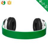 estereofonia de 3.5m m en los auriculares lindos atados con alambre oído de los cabritos