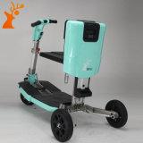 Motorino elettrico piegato blu di mobilità con tre rotelle