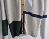 Il V-Collo ha modellato il cardigan lavorato a maglia degli uomini con il tasto