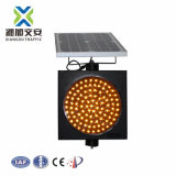 La energía solar el tráfico de la señal de alerta amarilla de advertencia de las luces de semáforo