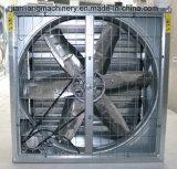Um martelo pesado automático do ventilador para aves de capoeira