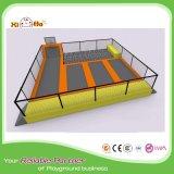 Sosta dell'interno commerciale del trampolino degli adulti di disegno attraente con l'allegato