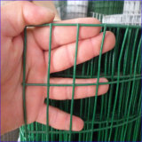 道の塀として1m*25m溶接された鋼線の網