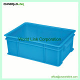 Moviendo el apilamiento de logística de almacenamiento de la maleta de transporte de plástico con asa