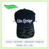 ピークの刺繍が付いている黒い刺繍の野球帽
