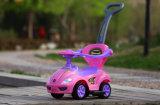 Дети на слайде автомобиль с музыкальным рулевого колеса