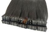 El doble de color oscuro llamado unión de cinta de pelo en el Hair Extension