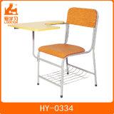 タブレットの/Schoolの家具が付いている木のシートそして背部学校の椅子