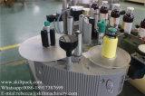 Cuello de las botellas de cristal que coloca la máquina de etiquetado de la etiqueta engomada