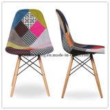 世紀半ばの現代様式の椅子を食事する白いチューリップアームのペア