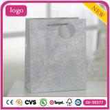 A roupa de forma de prata calç os sacos de papel do presente do brinquedo