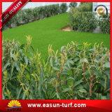 Hierba artificial del césped del verde de la decoración del jardín