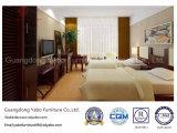 A mobília generosa da sala de visitas do hotel faz para requisitar (YB-WS6)