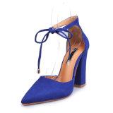 イギリスの女性はつま先のHightのブロックのかかとのサンダル裁判所の靴を指した