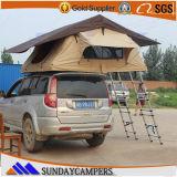 堅いシェルの屋根の上のテント