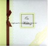 Álbum de álbum de recortes de casamento com um quadro e fita