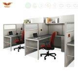 Compartiments blancs de bureau avec l'étagère centrale
