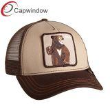 Мужчин в сельскохозяйственных животных с Red Hat Trucker бейсбол с ячеистой сети