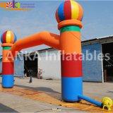 Anunciando o arco inflável do arco-íris colorido com grande tamanho do ventilador