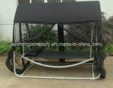 蚊帳が付いているテラスの庭の振動椅子かベッド