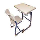 Mesa e cadeira da sala de aula da escola com projeto novo