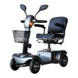 Красочные скутера мобильности на четыре колеса