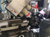 Taza plástica automática llena que hace la impresora que cuenta la máquina