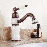 Salle de bains moderne de l'eau chaude du robinet mélangeur de cuisine froide du robinet du bassin de lavage