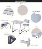 Únicas mesa e cadeira de madeira da sala de aula do estudante