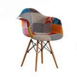 Tapizados multicolor del lado de comedor silla con patas de madera de mediados del siglo silla moderna