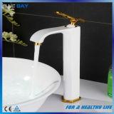 Grifos de cobre amarillo blancos del fregadero del cuarto de baño de la sola palanca