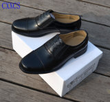 Офицер обувает ботинки хорошего качества неподдельной кожи командарма