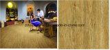 木製の表面の無作法な磁器のタイル