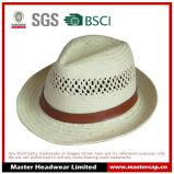 O chapéu de palha gravado do papel do logotipo com plutônio decora