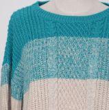 全身ケーブルパターン広く縞で飾られ、長い袖が付いている重いゲージの冬の流行様式の柔らかく暖かい女性のセーターの上