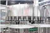 Выпивая завод разливая по бутылкам воды заполняя