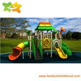 Diapositiva al aire libre del patio del centro de guardería para los niños