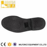 マイクロファイバーの黒のユニフォームの靴