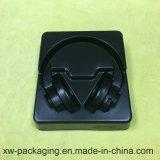 Qualitäts-Kopfhörer Using die Plastikblase, die im schwarzen Tellersegment verpackt