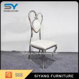 椅子のハート形の結婚式の椅子を食事する椅子の家具の宴会
