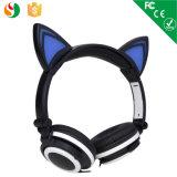 La manera en la oreja los auriculares estéreo personalizada