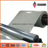 La couleur métallique argentée a enduit la bobine d'une première couche de peinture en aluminium