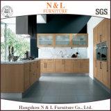 Armoire de cuisine moderne en bois de placage avec une conception simple