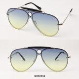 أحد يصلح طيّار نظّارات شمس مع محيط لون عدسة