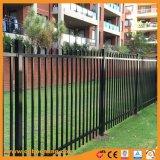 電流を通された溶接された機密保護の庭のフェンス越しに打たれる