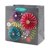 El bolso maravillosamente hecho a mano del regalo tiene un diseño floral del brillo, bolso de papel del regalo, bolso de papel de compras