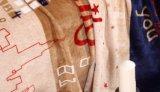 Doux superbes chauffent la couverture estampée d'ouatine de flanelle avec le bord de bord